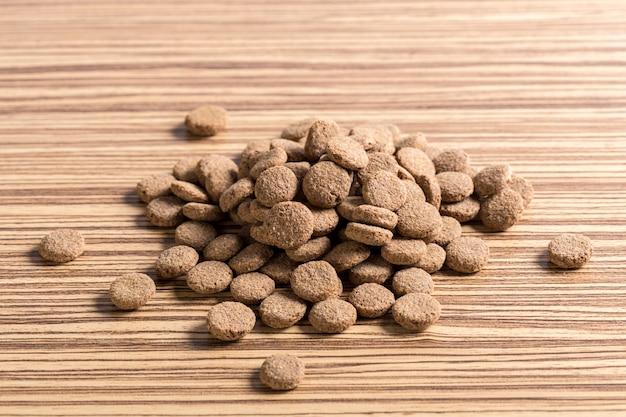 Comida para mascotas en piso de madera