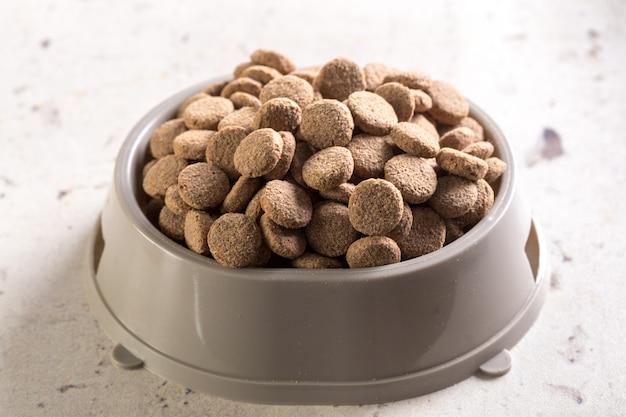 Comida para mascotas en el piso