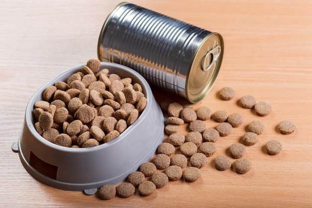 Comida para mascotas sobre suelo de madera.