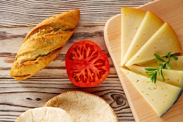 Comida mediterránea pan de molde tomate y queso