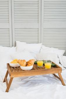 Comida en la mesa del desayuno en la cama.
