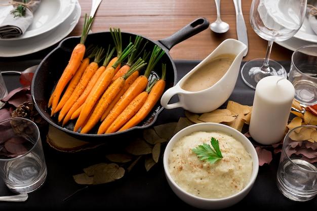 Comida en la mesa para el día de acción de gracias.