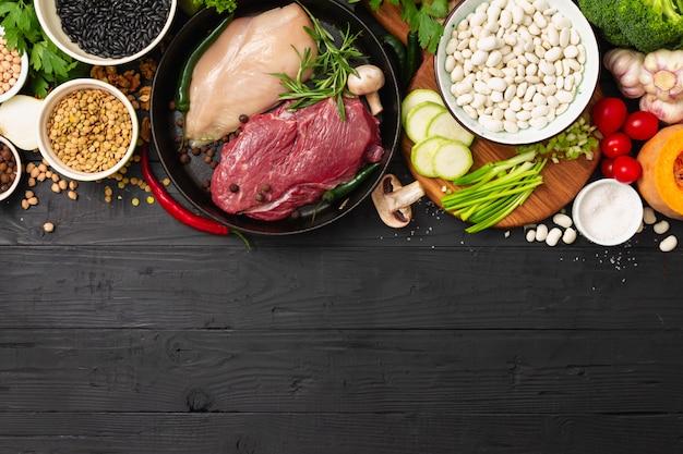 Comida de mesa de madera con diferentes dietas comiendo