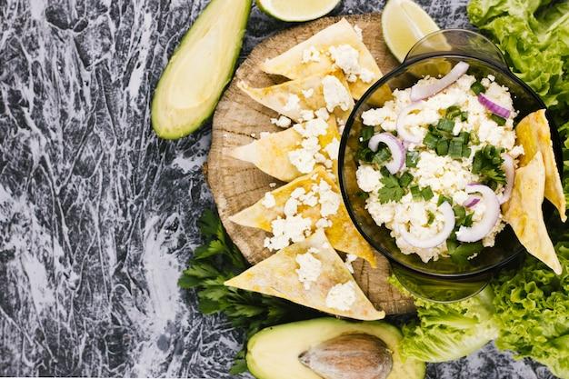 Comida mexicana con aguacate y nachos.