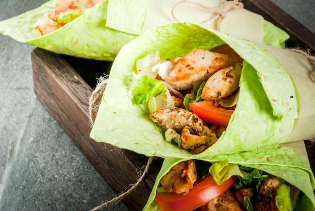Comida mexicana. alimentación saludable. envuelva sandwich