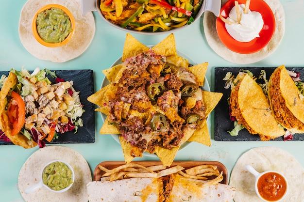 Comida mexicana alrededor de los nachos
