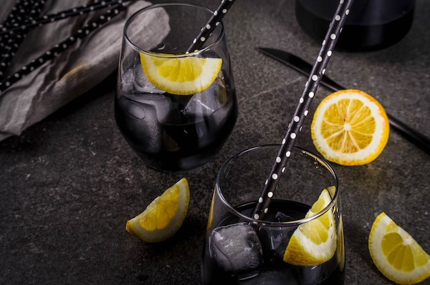 Comida de moda bebidas refrescantes de verano concepto de desintoxicación y dieta limonada negra con carbón vegetal hielo jugo de limón y limón