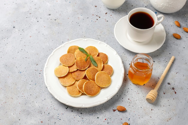 Comida de moda: mini cereal para panqueques. montón de panqueques de cereales