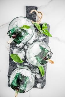 Comida de moda, postres veganos asiáticos, paletas de helado caseras con espirulina de algas