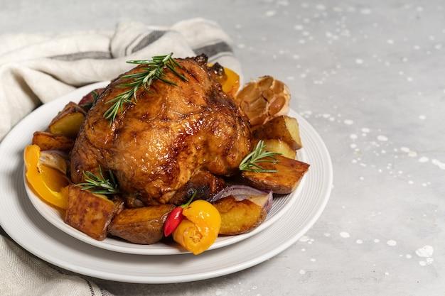 Comida navideña pollo asado o aves de corral con patatas y verduras