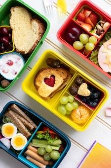 Comida para niños, diseño de lonchera con bocadillos saludables.