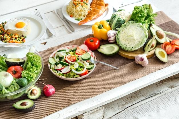 Comida orgánica saludable en la mesa del comedor