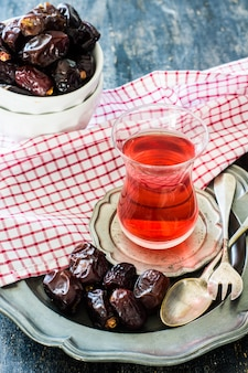 Comida oriental té y dátiles