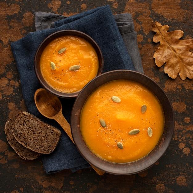 Comida de otoño sopa de calabaza y champiñones