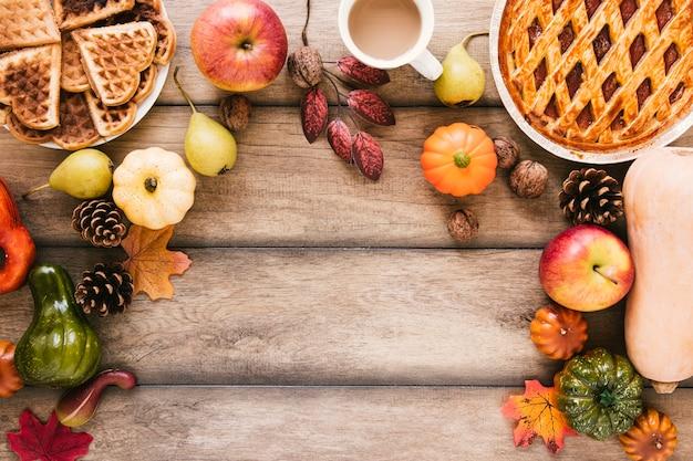 Comida de otoño vista superior en mesa de madera