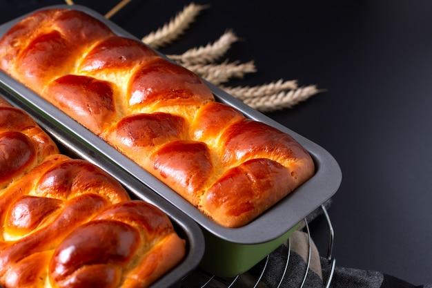 Comida panadería concepto recién horneado brioche trenzado