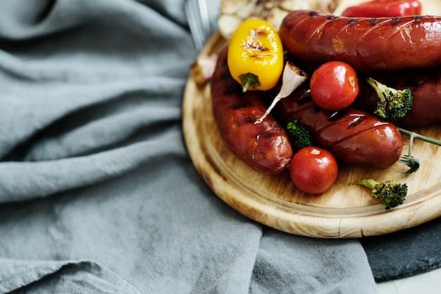 Comida a la parrilla sobre tabla de madera