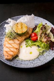 Comida de pescado cocido delicioso vista alta
