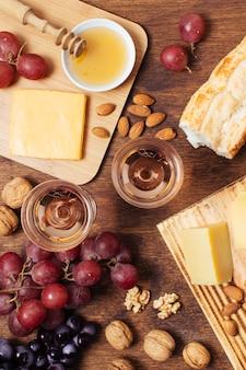 Comida de picnic plana con copas de vino