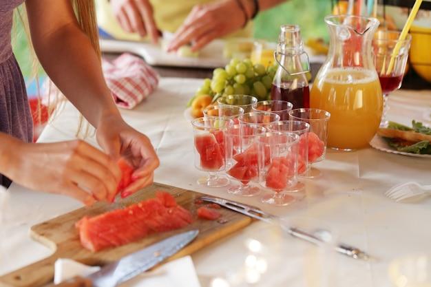 Comida de picnic en preparación