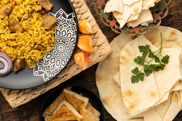 Comida plana con arroz y pita.