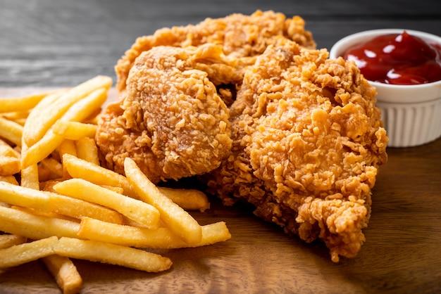 Comida de pollo frito con papas fritas y pepitas