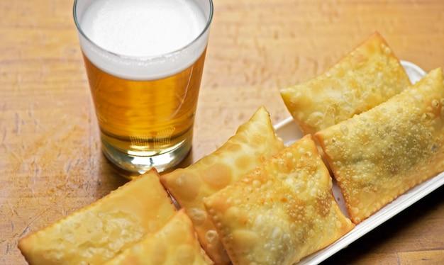 Comida de pub: pasteles y vaso de cerveza