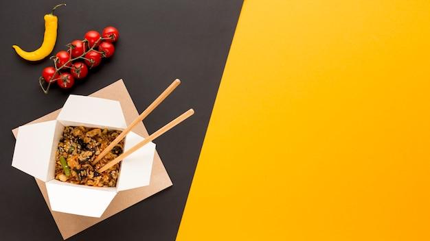 Comida rápida asiática con espacio de copia