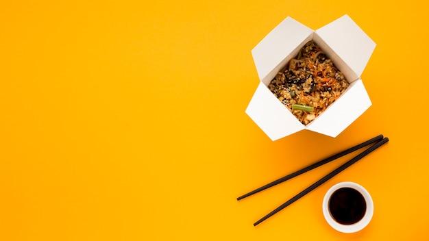 Comida rápida china sobre fondo naranja