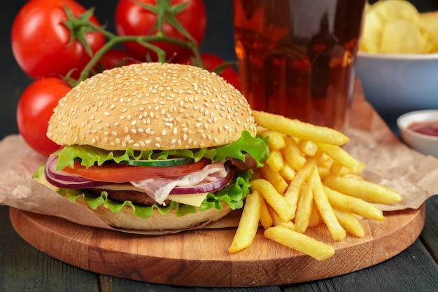 Comida rápida, hamburguesa casera sobre fondo de madera.