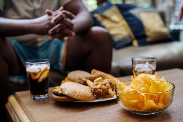 Comida rápida en una mesa de sofá