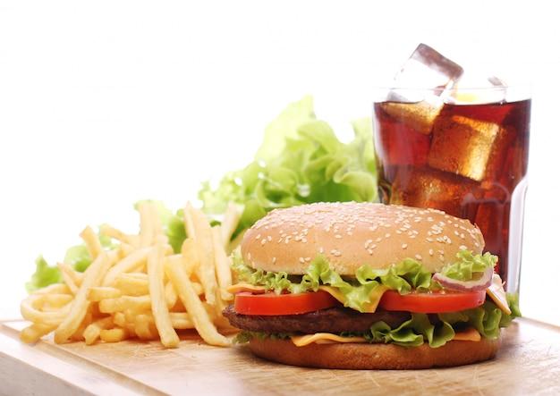 Comida rápida en la mesa