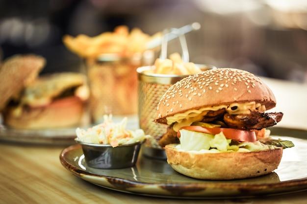 Comida rápida, papas fritas con un sándwich en un café.