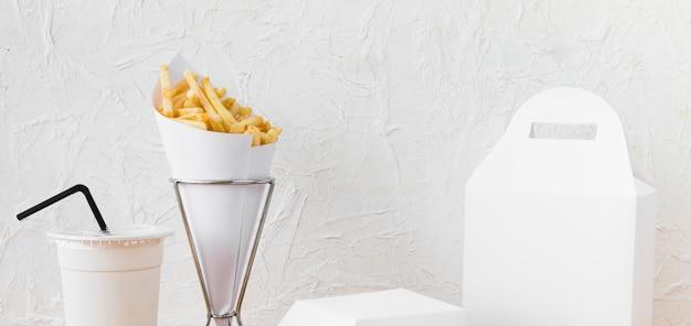 Comida rápida; taza de eliminación y paquete de alimentos se burlan contra la pared