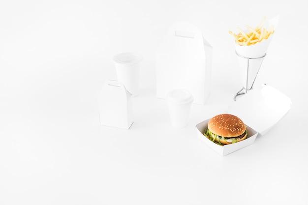 Comida rápida; taza de eliminación y paquete de comida se burlan sobre fondo blanco