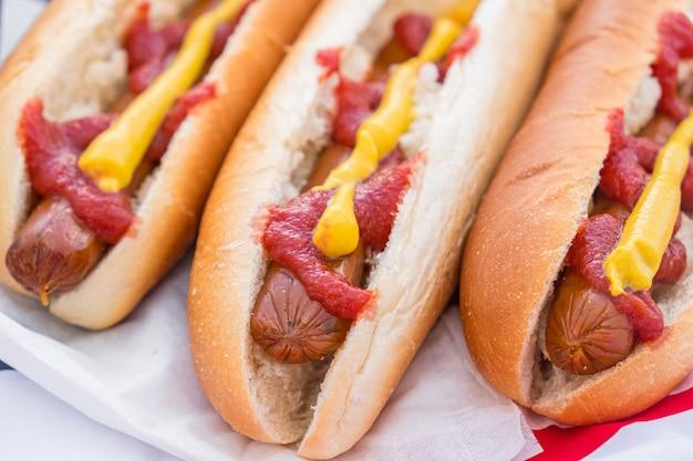 Comida rápida típica americana: perritos calientes servidos y listos para comer