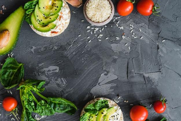 Comida sabrosa e ingredientes dispuestos en una superficie rugosa con espacio para texto