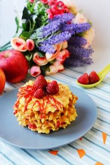 Comida sabrosa gofres dulces con fresas y cobertura de mermelada