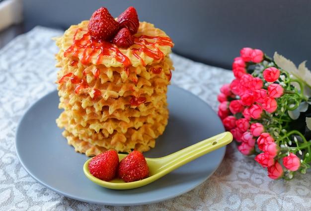 Comida sabrosa gofres dulces con fresas