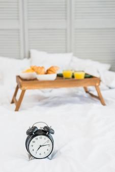 Comida sabrosa en la mesa del desayuno y dormitar en la cama.