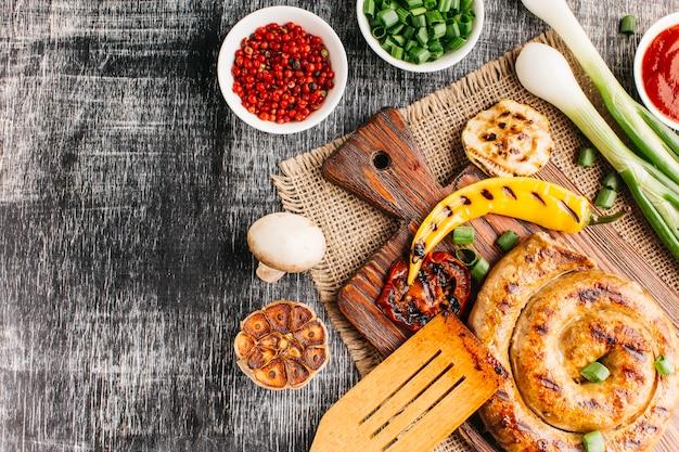 Comida sabrosa y saludable en el escritorio de madera.