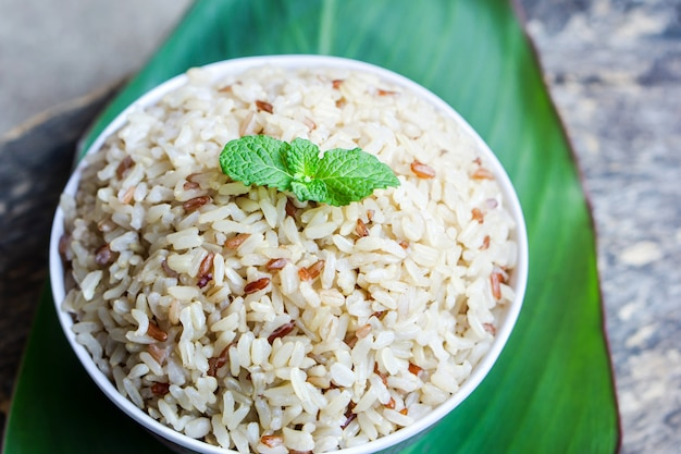 Comida saludable de arroz integral cocida en un tazón