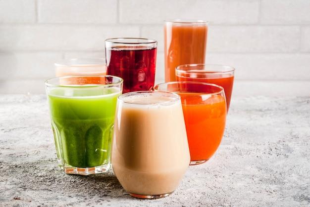Comida saludable, diferentes jugos de frutas y verduras batido en vasos