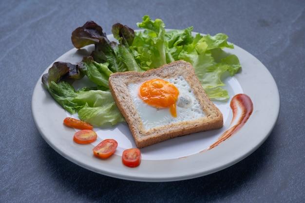 Comida saludable que consiste en verduras, huevo y pan.