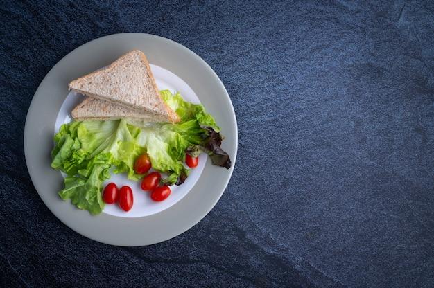Comida saludable que consiste en verduras y pan.