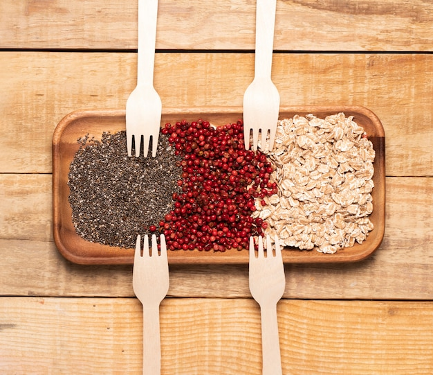 Comida saludable con tenedores de madera