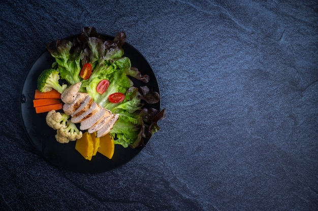 Comida saludable con verduras y pollo a la parrilla.