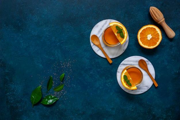 Comida sana, bienestar y concepto de pérdida de peso, mango natural orgánico fresco y batido de naranja.