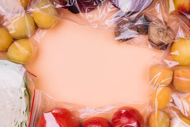 Comida sana en bolsas de plástico.