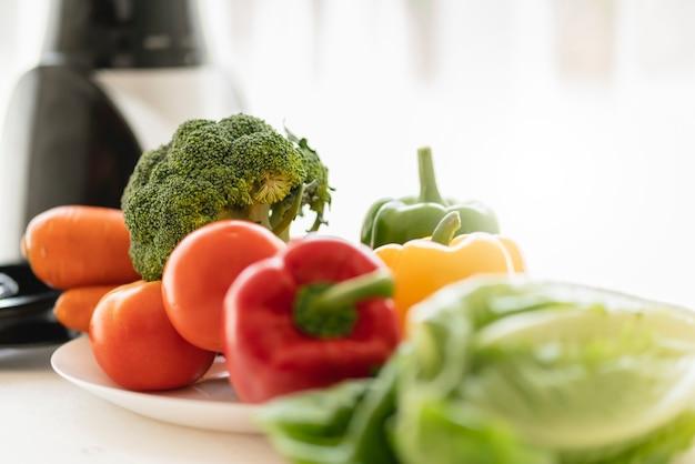 Comida sana y buena comida con vegetales frescos con licuadora ventana de luz de la mañana
